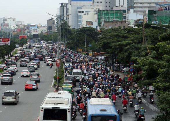 Hướng vào trung tâm TP.HCM rối loạn do cấm cầu Nguyễn Hữu Cảnh - Ảnh 3.