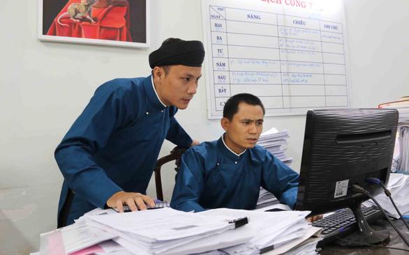 Áo dài của nam công chức Huế: Điều chỉnh dần thành trang phục công sở - Ảnh 1.