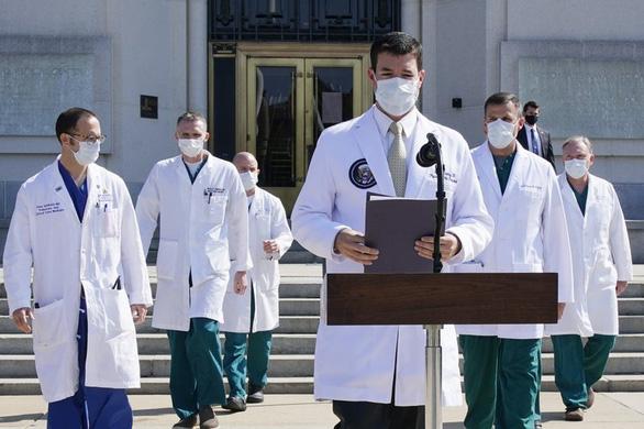 Giới y tế lo sức khỏe ông Trump không nhẹ như Nhà Trắng công bố - Ảnh 1.