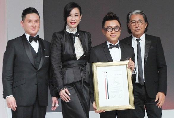 Nhà thiết kế Kenzo qua đời vì COVID-19, giới thời trang Việt thương tiếc - Ảnh 1.