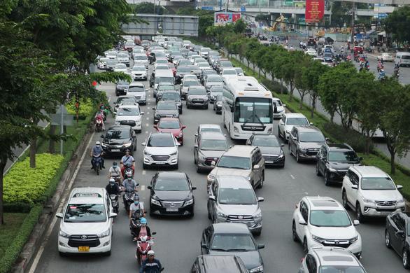 Hướng vào trung tâm TP.HCM rối loạn do cấm cầu Nguyễn Hữu Cảnh - Ảnh 1.