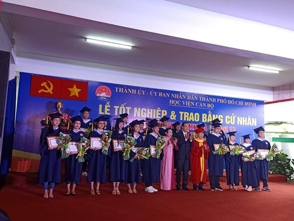 Học viện Cán bộ TP.HCM trao bằng cử nhân cho lứa sinh viên hệ chính quy đầu tiên - Ảnh 1.