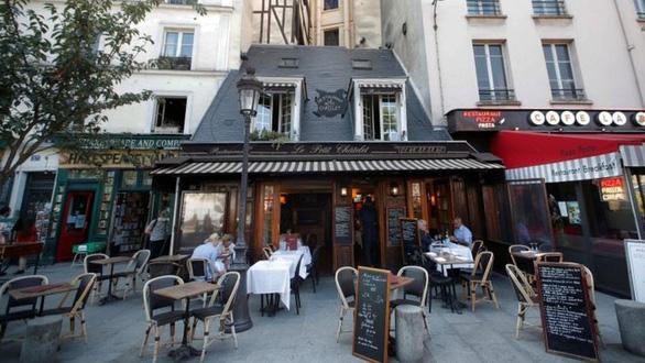 Paris đóng cửa tất cả quán bar, nâng cảnh báo dịch bệnh lên mức cao nhất - Ảnh 1.