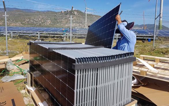 Khan hiếm tấm pin điện mặt trời - Ảnh 1.
