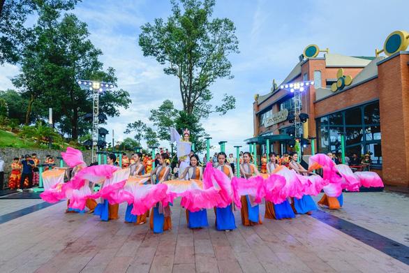 Du khách phấn khích vui Hội trăng rằm Vân Sơn tại Tây Ninh - Ảnh 3.