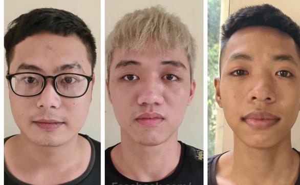 Ba thanh niên mang tuýp sắt gắn dao nhọn diễu hành ngờ ngờ giữa đường - Ảnh 1.