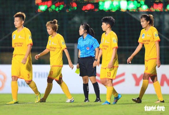 Cầu thủ nữ Phong Phú Hà Nam bỏ thi đấu để phản đối quyết định của trọng tài - Ảnh 3.