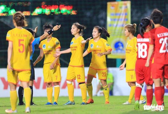Cầu thủ nữ Phong Phú Hà Nam bỏ thi đấu để phản đối quyết định của trọng tài - Ảnh 2.