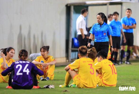 Cầu thủ nữ Phong Phú Hà Nam bỏ thi đấu để phản đối quyết định của trọng tài - Ảnh 1.