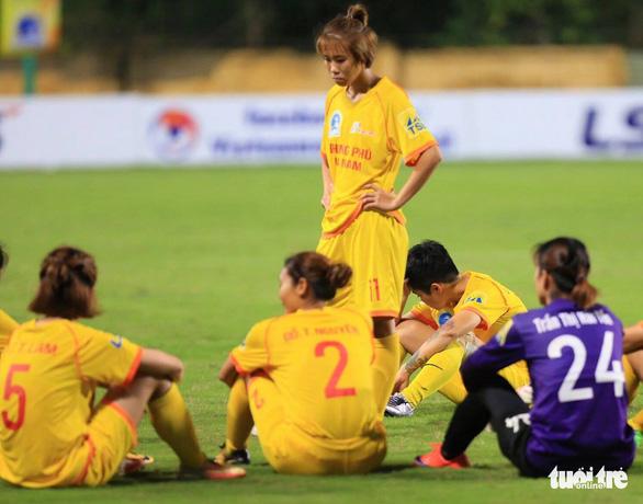 Cầu thủ nữ Phong Phú Hà Nam bỏ thi đấu để phản đối quyết định của trọng tài - Ảnh 5.