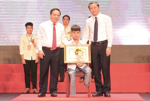 Người học trò 10 năm cõng bạn đến trường quyết định học Trường đại học Y Thái Bình - Ảnh 2.