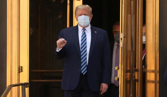 Ông Trump xuất viện giơ tay nắm đ.ấm mạnh mẽ, tuyên bố đang khỏe hơn 20 năm trước - Ảnh 2.