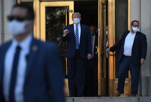 Ông Trump xuất viện giơ tay nắm đấm mạnh mẽ, tuyên bố đang khỏe hơn 20 năm trước - Ảnh 4.