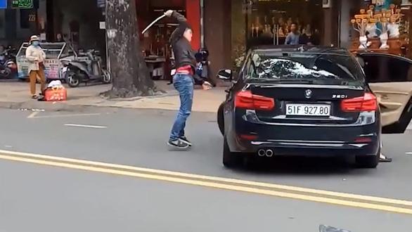 Vụ nữ tài xế BMW lao xe vô thanh niên đập xe hơi: Mâu thuẫn do va chạm giao thông - Ảnh 1.