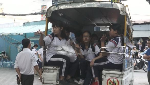 TP.HCM hơn 21.000 học sinh đi học bằng xe đưa rước, giảm 8 lần sau 7 năm - Ảnh 1.