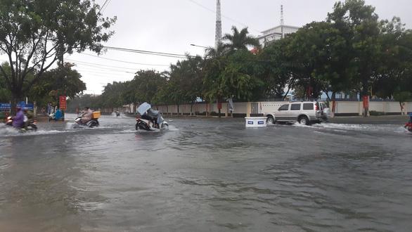 Quảng Nam: Mưa lớn ngập đường, lốc xoáy tốc mái hàng loạt nhà dân - Ảnh 2.