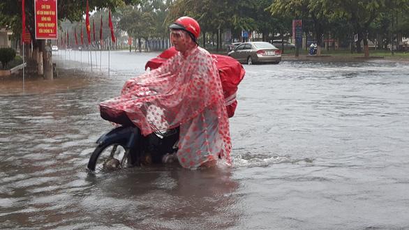 Quảng Nam: Mưa lớn ngập đường, lốc xoáy tốc mái hàng loạt nhà dân - Ảnh 3.
