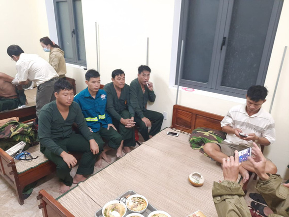 Cứu thành công 11 thuyền viên vụ chìm tàu hàng trên biển Thừa Thiên Huế - Ảnh 1.