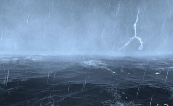 Mưa to, gió mạnh và sóng lớn trên biển từ Bắc tới Nam - Ảnh 1.