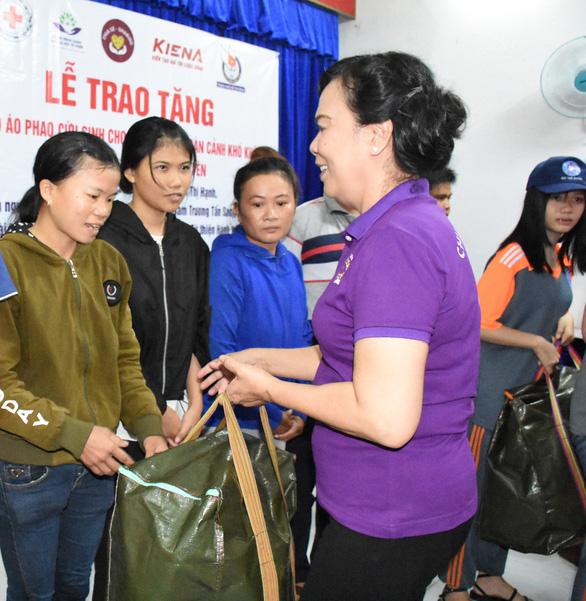 Nhóm thiện nguyện tặng 500 bộ phao cứu sinh cho ngư dân, chiến sĩ nhà giàn DK1 - Ảnh 1.