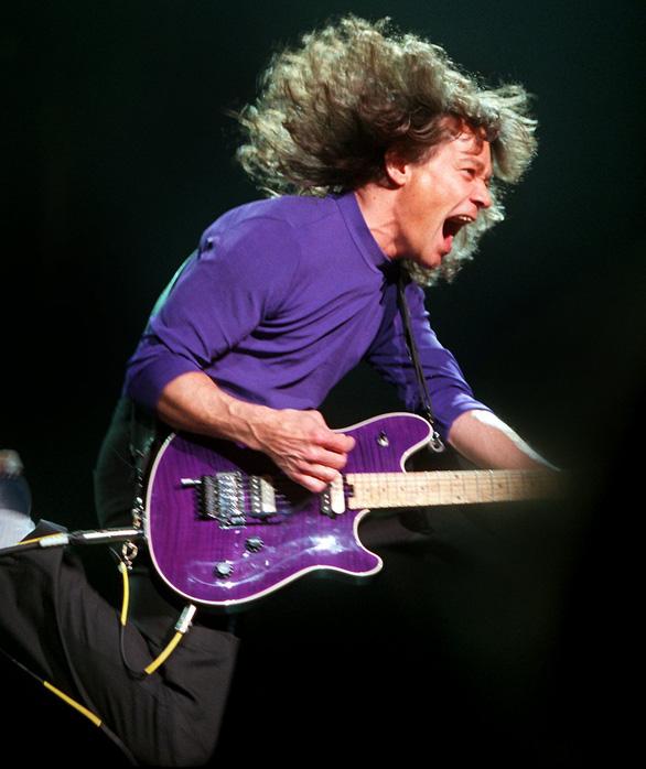 Cây guitar huyền thoại Eddie Van Halen qua đời vì bệnh ung thư - Ảnh 5.