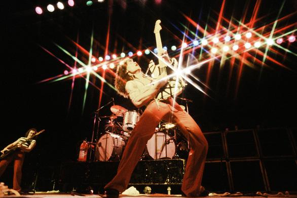 Cây guitar huyền thoại Eddie Van Halen qua đời vì bệnh ung thư - Ảnh 1.