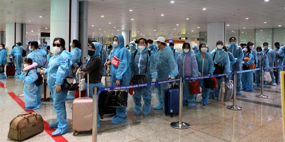 Tạm dừng các chuyến bay quốc tế chở khách vào Việt Nam, chờ quy trình chuẩn - Ảnh 1.