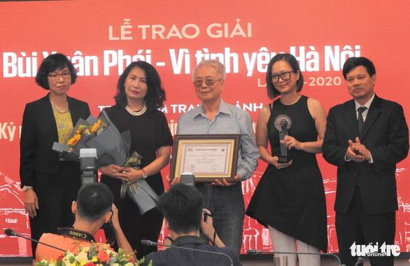 Gia đình thay mặt Phú Quang nhận Giải thưởng Lớn Bùi Xuân Phái - Vì tình yêu Hà Nội - Ảnh 1.
