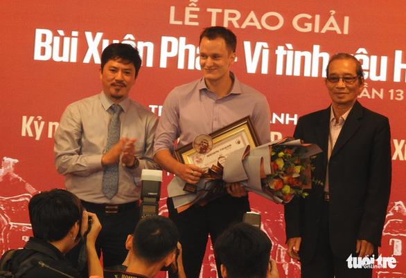 Gia đình thay mặt Phú Quang nhận Giải thưởng Lớn Bùi Xuân Phái - Vì tình yêu Hà Nội - Ảnh 3.