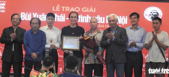 Gia đình thay mặt Phú Quang nhận Giải thưởng Lớn Bùi Xuân Phái - Vì tình yêu Hà Nội - Ảnh 5.