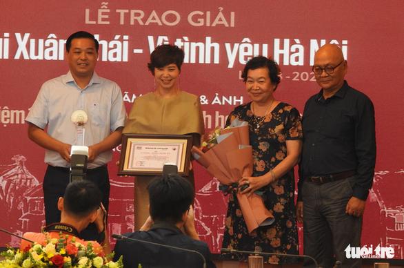 Gia đình thay mặt Phú Quang nhận Giải thưởng Lớn Bùi Xuân Phái - Vì tình yêu Hà Nội - Ảnh 4.