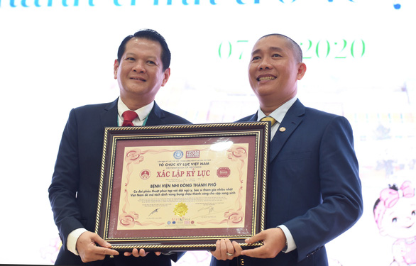 Ca mổ tách Trúc Nhi - Diệu Nhi nhận bằng Kỷ lục Việt Nam - Ảnh 1.