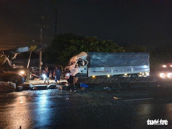 Xe tải va chạm xe khách: 1 người chết, 19 người bị thương giữa khuya - Ảnh 3.