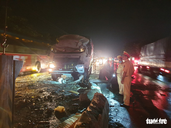 Xe tải va chạm xe khách: 1 người chết, 19 người bị thương giữa khuya - Ảnh 1.