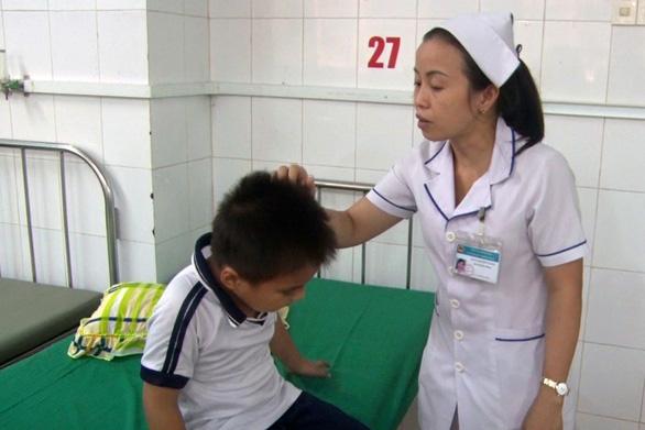 10 học sinh cấp 1 nhập viện cấp cứu vì ong vò vẽ chích - Ảnh 1.