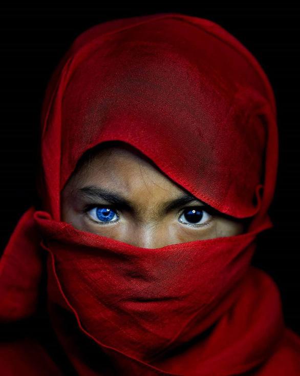 Bộ tộc mắt biếc kỳ lạ ở Indonesia - Ảnh 2.