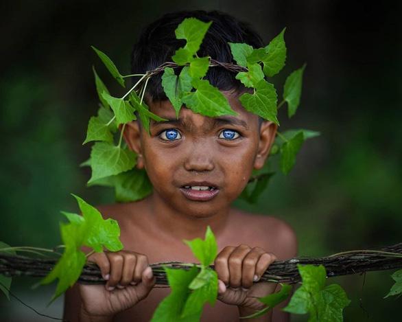 Bộ tộc mắt biếc kỳ lạ ở Indonesia - Ảnh 4.