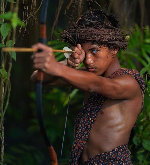 Bộ tộc mắt biếc kỳ lạ ở Indonesia - Ảnh 1.