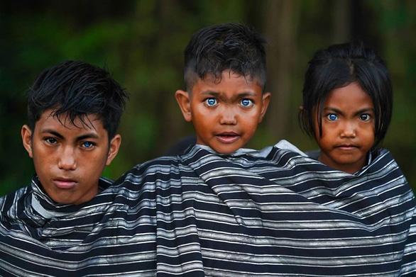 Bộ tộc mắt biếc kỳ lạ ở Indonesia - Ảnh 6.