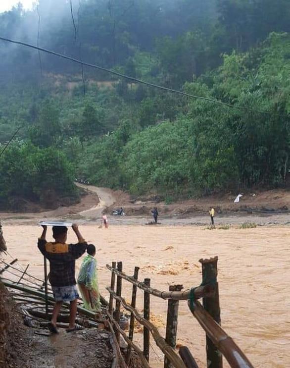 Mưa lũ dồn dập chia cắt trở lại nhiều ngôi làng ở Quảng Nam - Ảnh 2.