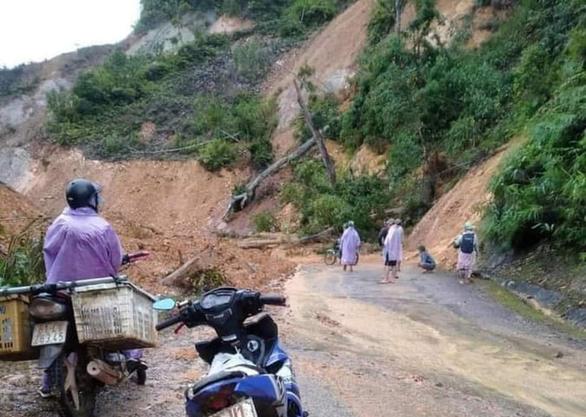 Mưa lũ dồn dập chia cắt trở lại nhiều ngôi làng ở Quảng Nam - Ảnh 3.