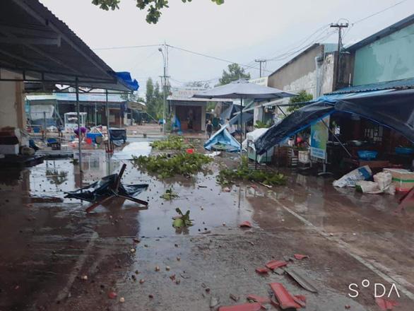Quảng Nam: Mưa lớn ngập đường, lốc xoáy tốc mái hàng loạt nhà dân - Ảnh 1.