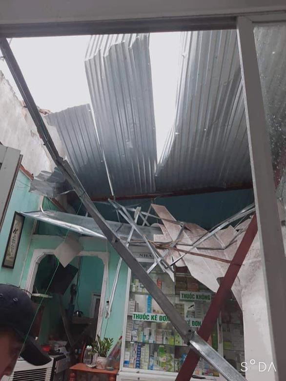 Quảng Nam: Mưa lớn ngập đường, lốc xoáy tốc mái hàng loạt nhà dân - Ảnh 4.