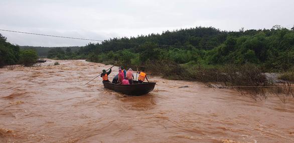 Dùng chài lưới tìm kiếm hai cha con mất tích khi qua đập tràn ở Gia Lai - Ảnh 1.