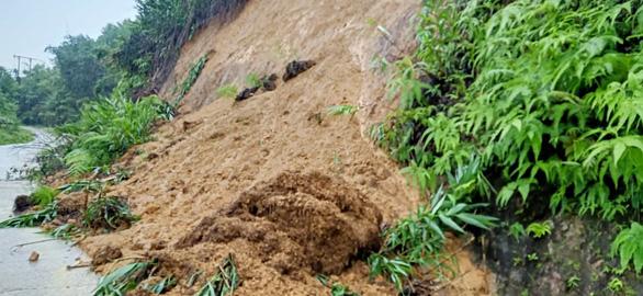 7 con bò bị sét đánh chết cùng lúc, sạt lở tiếp tục chia cắt nhiều xã tại Quảng Nam - Ảnh 1.
