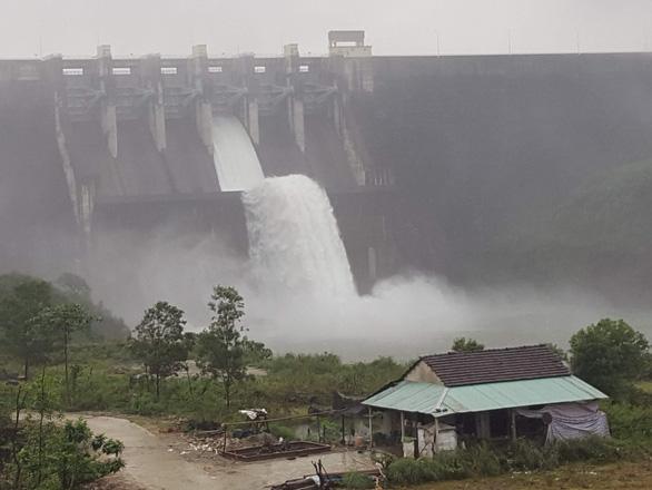 Các hồ thủy điện Quảng Nam có thể 'chịu được' thêm 4-5 ngày mưa lớn - Ảnh 1.