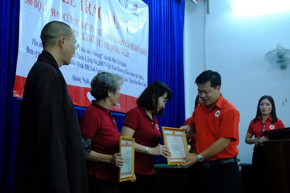 Phu nhân nguyên chủ tịch nước Trương Tấn Sang trao quà cho người nghèo Quảng Ngãi - Ảnh 5.
