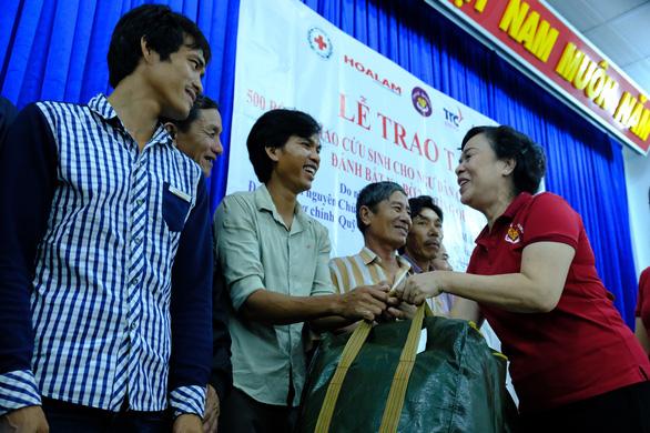 Phu nhân nguyên chủ tịch nước Trương Tấn Sang trao quà cho người nghèo Quảng Ngãi - Ảnh 2.
