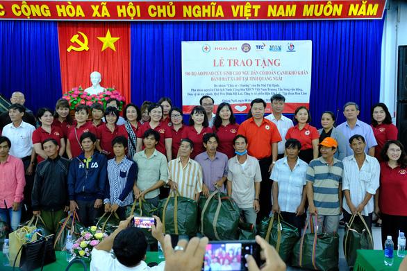 Phu nhân nguyên chủ tịch nước Trương Tấn Sang trao quà cho người nghèo Quảng Ngãi - Ảnh 3.