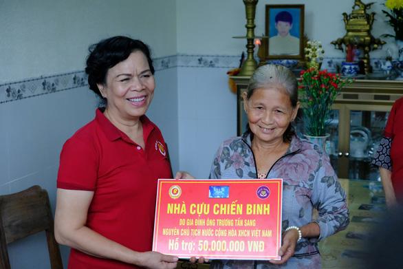 Phu nhân nguyên chủ tịch nước Trương Tấn Sang trao quà cho người nghèo Quảng Ngãi - Ảnh 1.
